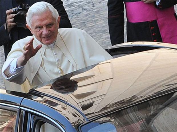 O papa Bento XVI acena para fiéis antes de sua audiência semanal no Vaticano, em 7 de julho.