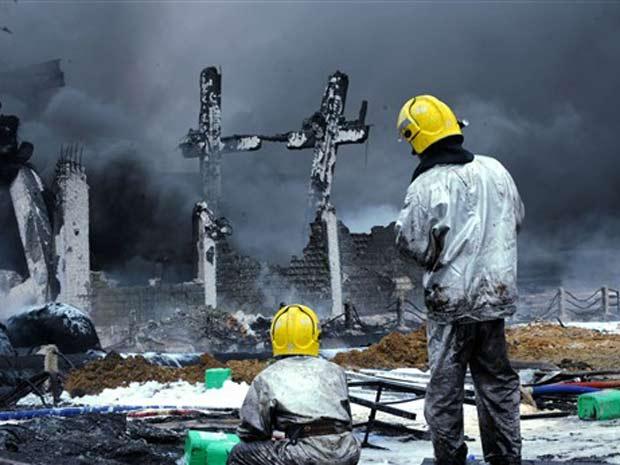 Bombeiros chineses extinguiram um incêndio que durou mais de  15h.