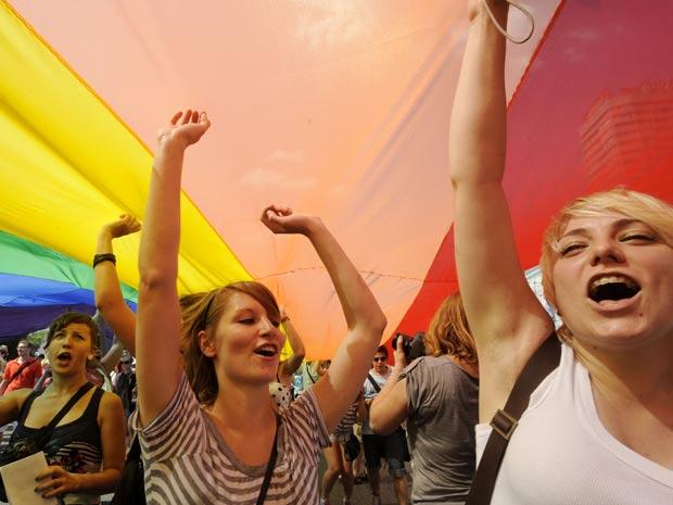 Participantes marcham durante Parada Gay, neste sábado, em  Varsóvia, Polônia. Segundo a agência AP, esta é a primeira vez que o  desfile é realizado em uma capital da Europa oriental.