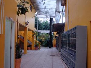 Área interna do colégio, vazia por causa das férias escolares