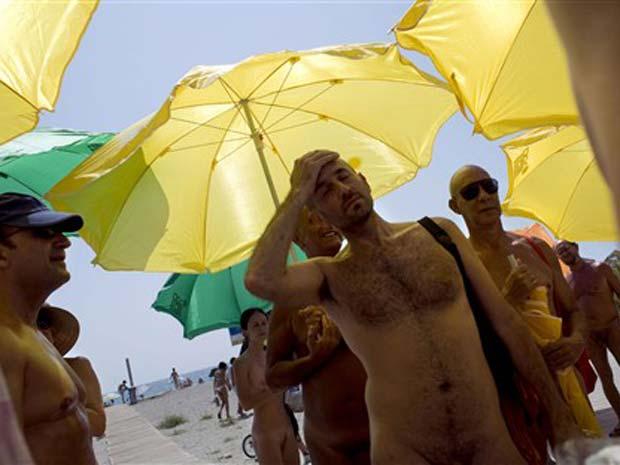 Um grupo de nudistas protestou neste domingo em Vera, na  Espanha, pelo direito de andar nu.