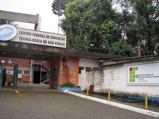 Fachada da escola na Zona Norte de São Paulo ainda traz o antigo nome