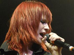 A cantora do Paramore Haylay Williams cantando em São Paulo.
