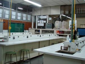 Um dos laboratórios disponíveis no campus