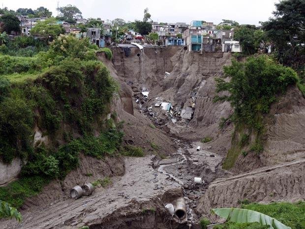 G1 deslizamento de terra derruba constru es em el salvador not cias em mundo - Terras fotos ...