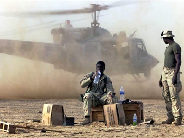 Fuzileiros americanos em base no sul do país, em dezembro de 2001