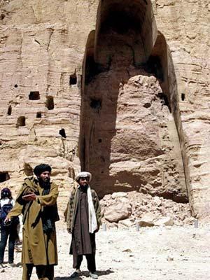 Militantes talibãs posam em frente à estátua de buda destruída em 2001