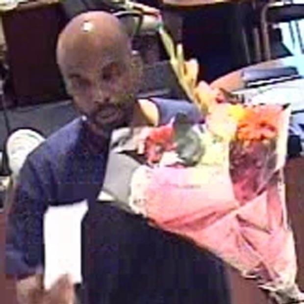 Imagem de câmera de segurança feita em 15 de julho mostra o 'assaltante do buquê'. A imagem foi divulgada pelo Departamento de Polícia da cidade.