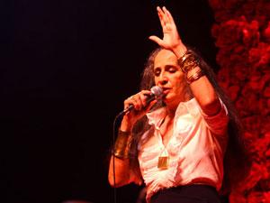 Maria Bethânia cantando em São Paulo em 2009.