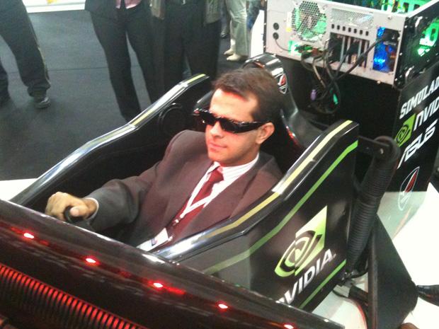 Os 'jogadores' podem se sentir dentro de um carro de corrida já que o cockpit sacode para todos os lados, simulado as trepidações da pista.