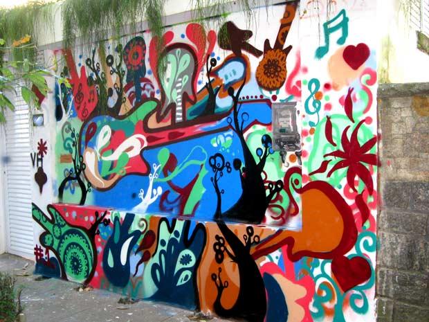 Amigos grafitaram o muro da casa onde mora um dos integrantes da banda de Rafael, em uma homenagem póstuma (Foto: Bernardo Tabak/G1)