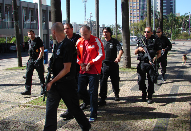 'Alemão'chega escoltado a fórum por policiais militares e federais
