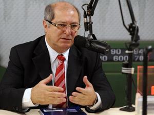 O ministro do Planejamento, Paulo Bernardo fala sobre o  Relatório do Orçamento, durante entrevista ao programa Bom Dia Ministro