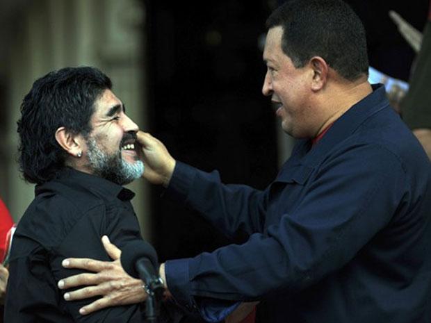 O craque argentino Diego Maradona e o presidente da Venezuela, Hugo Chávez, em entrevista nesta quinta-feira (22).