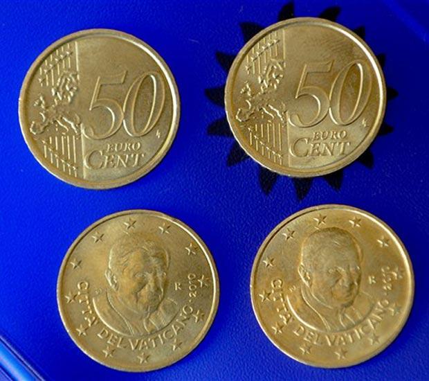Moedas de 50 centavos de euro com a efígie do Papa Bento XVI.