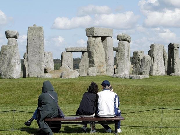 Turistas observam o monumento Stonehenge em Salisbury Plain, na Inglaterra