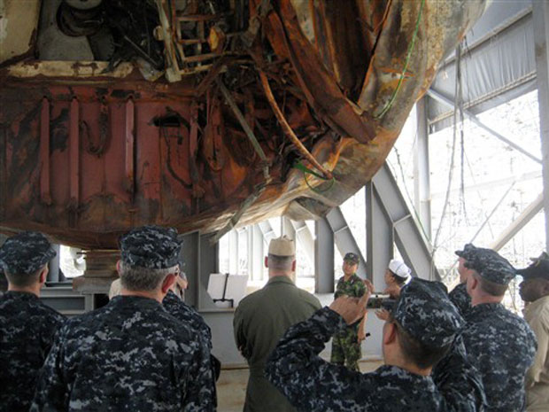 Foto divulgada pela Marinha dos EUA mostra militares no porta-aviões George Washington, observam os danos causados na embarcação sul-coreana Cheonan, nesta sexta-feira (23), na base naval de  Pyeongtaek. Eles devem participar dos exercícios militares conj