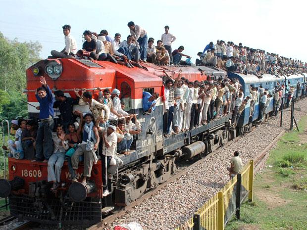 Hindus viajam em trem de passageiros superlotados neste sábado (24) em Goverdhan, próximo a Mathura, no súl da Índia.