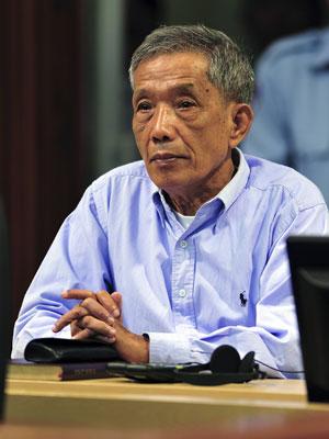 Kaing Guek Eav no julgamento, realizado no subúrbio de Phnom Penh.