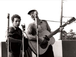 Pete Seeger ao lado de Bob Dylan nos anos 60 em cena do documentário 'Pete Seeger: The power of song'