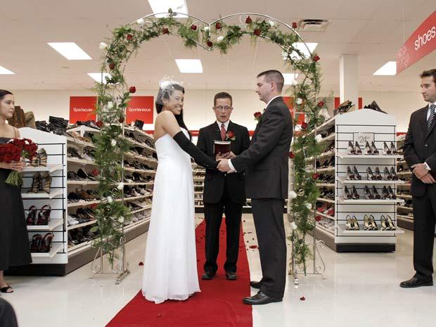 Casal escolheu loja para cerimônia de casamento.