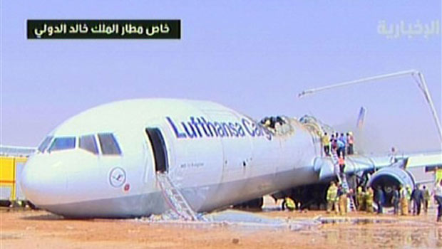 Imagem de TV local mostra o avião pouco após o acidente.