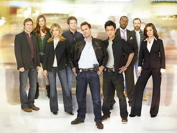 Elenco do seriado 'Flashforward', que tinha Joseph Fiennes (no centro) como protagonista