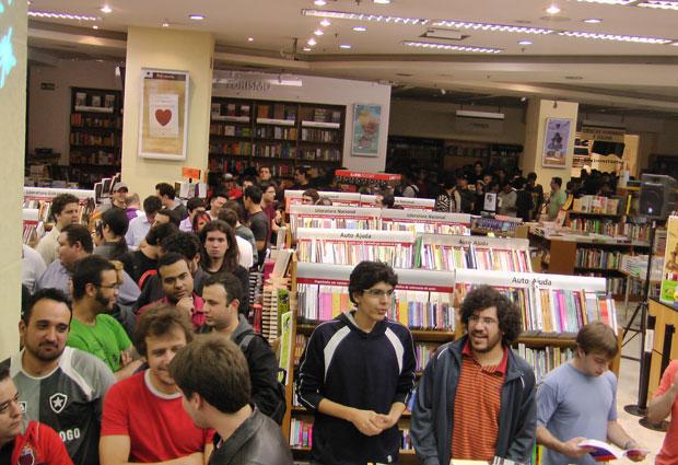 Fila de fãs deu voltas na livraria onde ocorreu o evento de lançamento de 'Starcraft II' no Brasil.