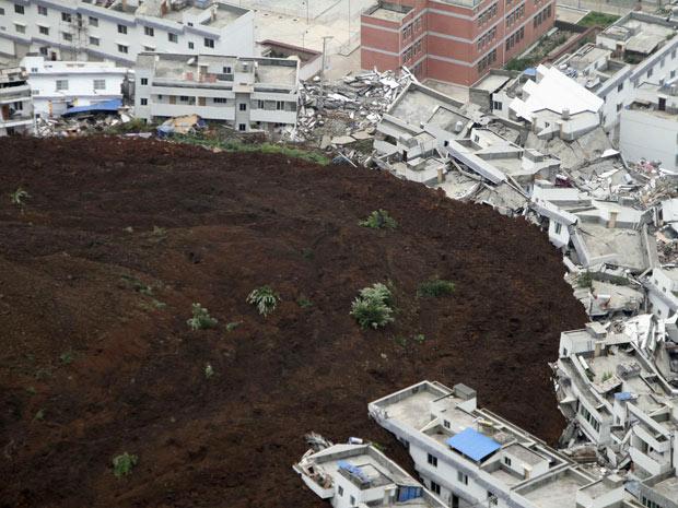 Casas danificadas após o deslizamento em Shuanghe, vistas  nesta terça-feira (27).