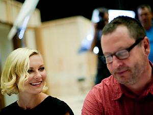 A atriz Kirsten Dunst (à esq.) e o diretor Lars von Trier durante a apresentação do elenco de 'Melancholia'