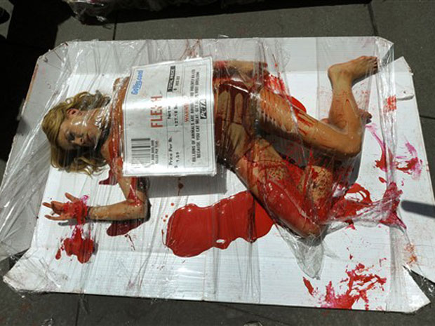 Ativista de ONG pró-direitos animais é 'embalada' em pacote de carne com os dizeres 'carne é assassinato', em Times Square, em Nova York, nesta terça-feira (27).