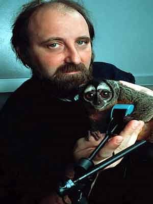 Miguel Nicolelis, acompanhado por macaco que ajudou a testar  controle de braço robótico