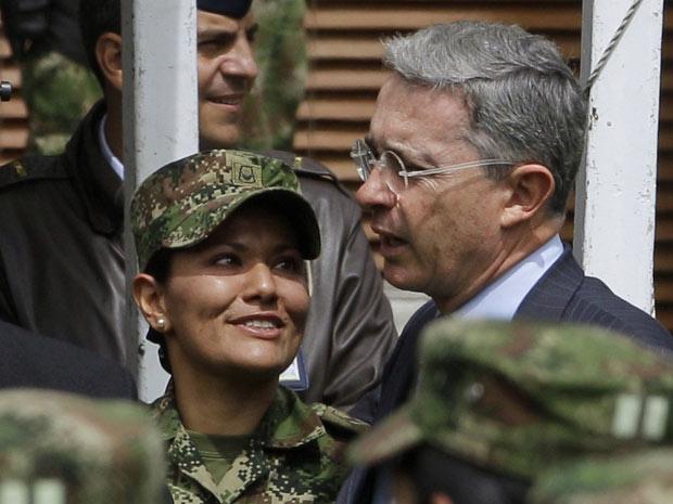 O presidente da Colômbia, Álvaro Uribe, com militares durante cerimônia em Bogotá nesta terça-feira (27).