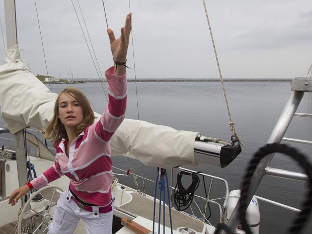 Laura Dekker posa em seu barco, Guppy, em Den Osse, na Holanda, nesta terça-feira (27).