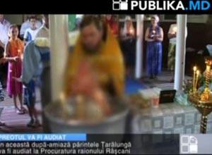 Imagem da TV local mostra o momento do batismo.