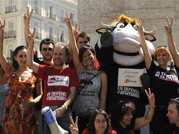 ativistas de direitos dos animais comemoram resultado de votação