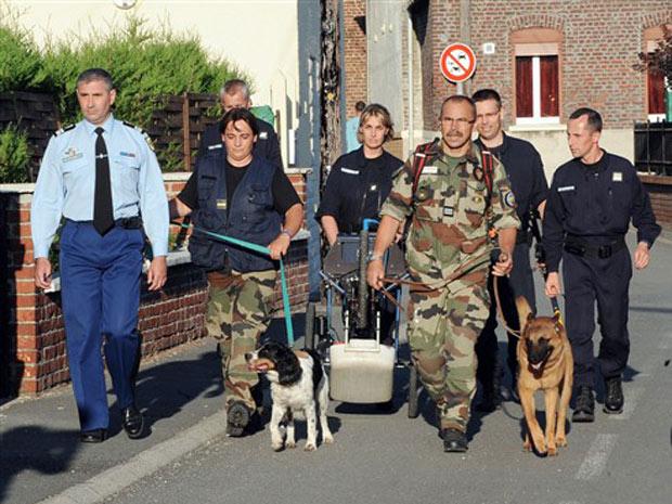 Policiais chegam nesta quarta-feira (28) à casa em Villers-au-Tertre em que os corpos das crianças foram encontrados.