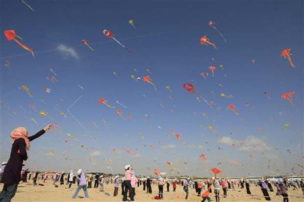 Centenas de crianças palestinas soltaram pipas em praia de Gaza.