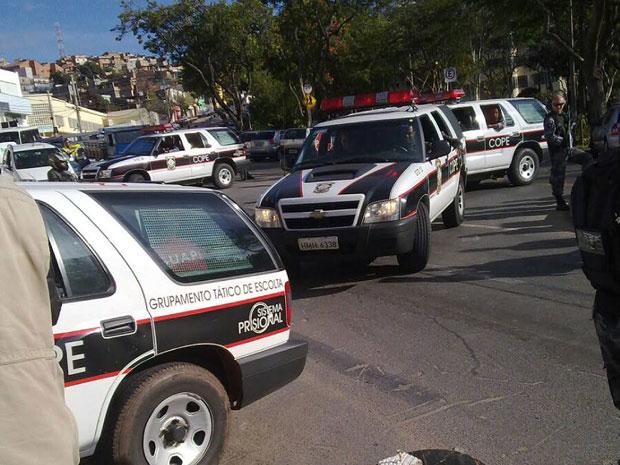 Viaturas da polícia chegam ao Departamento de Investigação trazendo os suspeitos