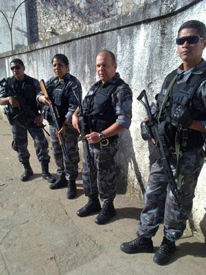 Policiais fortemente armados participaram da transferência dos suspeitos até o DI