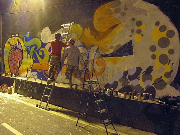 Amigos do músico 'grafitam' parede em homenagem a Rafael Mascarenhas.