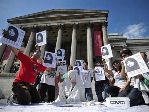 Membros do Comitê Internacional contra Apedrejamento protestam em Londres, no último domingo (24)