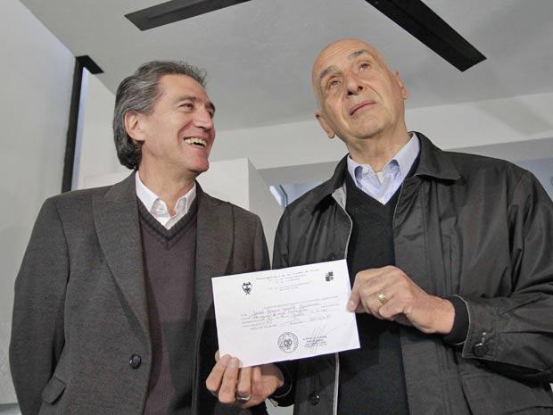 Jose Luis David Navarro (esquerda) e Miguel Angel Calefato  mostram documento em Frías, na Argentina