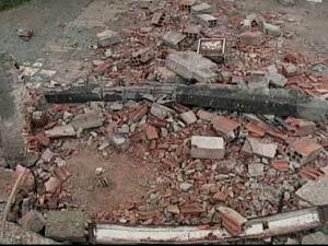 Carro derrubou muro em Colombo