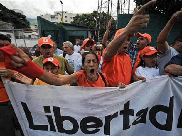 Jornalistas e trabalhadores de mídia fazem protesto pelas 32 rádios e duas TVs fechadas pelo governo venezuelano há um ano, em Caracas
