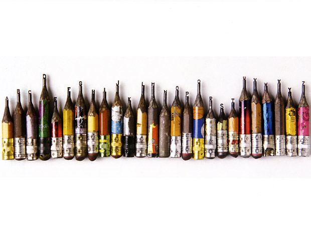 O artista brasileiro Dalton Ghetti, baseado nos EUA, esculpe o grafite de lápis. Sua escultura mais famosa, Alphabet, levou dois anos e meio para ficar pronta