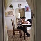 Imigrante mexicana faz lição de casa em Tuscon, Arizona, em abril de 2010