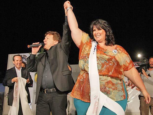 Angela Scognamiglio, de 172kg, comemora o título de