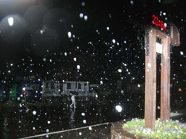 Pela primeira vez no ano, nevou em Cambará do Sul, na região serrana do Rio Grande do Sul, pouco depois das 23h desta segunda-feira (2). De acordo com que informou a meteorologista Estael Sias à Agência RBS, as condições atmosféricas e a temperatura em qu