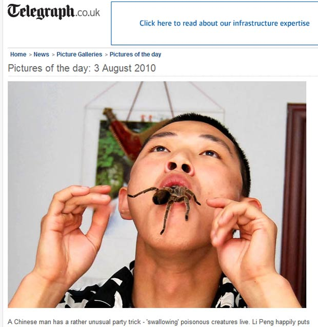 Chinês Li Peng 'engole' aranha durante demonstração.